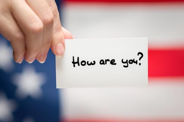 Jak się pisze na karcie. tle flagi amerykańskiej.