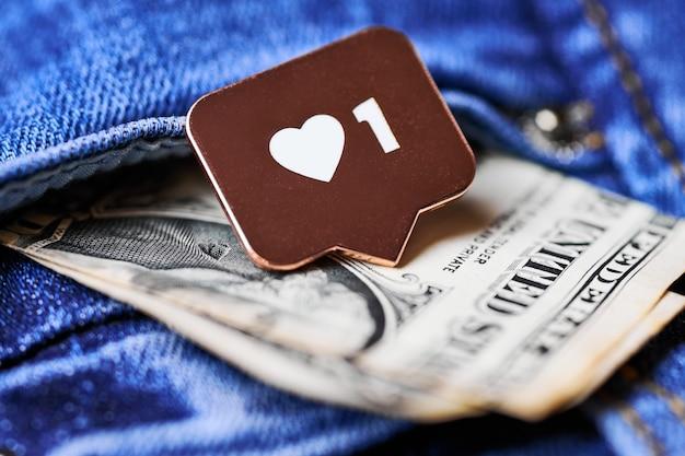 Jak symbol serca i dolar w kieszeni dżinsów. jak przycisk znaku, symbol z sercem i jedną cyfrą.