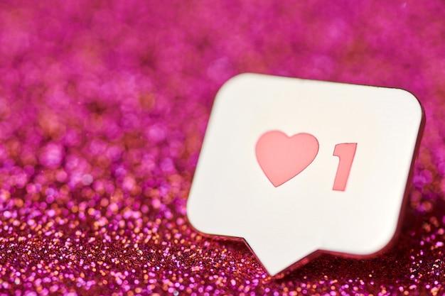 Jak symbol serca. jak przycisk znaku, symbol z sercem i jedną cyfrą. marketing sieciowy w mediach społecznościowych. czerwony brokat iskry tło.
