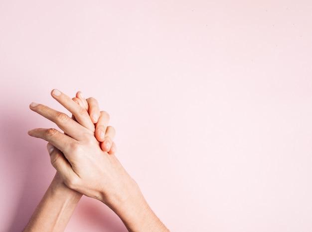 Jak umyć ręce, aby zapobiec koronawirusowi. kobieta myje jej ręki, różowy copyspace