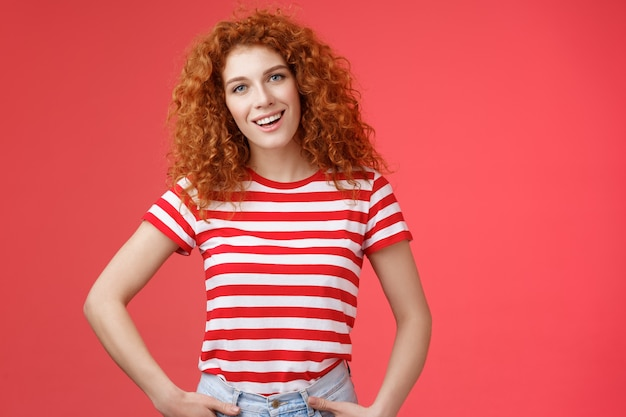 Jak wiszące przyjazne beztroskie rude kręcone włosy zrelaksowana wychodząca kobieta mówiąca od niechcenia zabawiają...