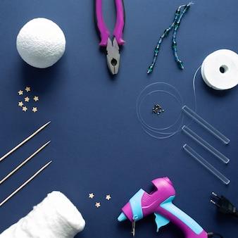 Jak zrobić magiczne bawełniane chmurki do dekoracji pokoju dziecięcego w domu. instrukcje krok po kroku. dłonie ułatwiające wykonanie projektu diy.