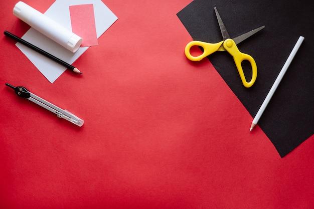 Jak zrobić nietoperza z papieru w domu. ręki robi rzemiosłu z papieru. instrukcja fotografowania krok po kroku. krok 1. przygotowanie. projekt artystyczny dla dzieci