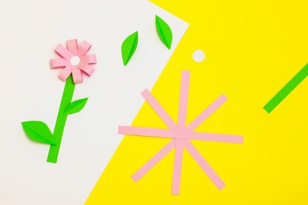 Jak zrobić papierowy kwiatek na kartkę z życzeniami. krok 3. prezent dla dzieci na dzień matki. projekt artystyczny. krok po kroku. łatwe aplikacje papierowe. instrukcja fotograficzna. koncepcja diy. sezon wiosenny lub letni.