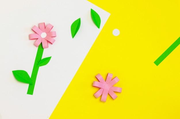 Jak zrobić papierowy kwiatek na kartkę z życzeniami. krok 4. prezent dla dzieci na dzień matki. projekt artystyczny. krok po kroku. łatwe aplikacje papierowe. instrukcja fotograficzna. koncepcja diy. sezon wiosenny lub letni.