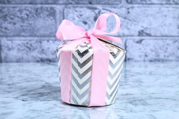 Jak zrobić piękny prezent niespodziankę z tekturowych talerzy i kubków. krok po kroku warsztaty.