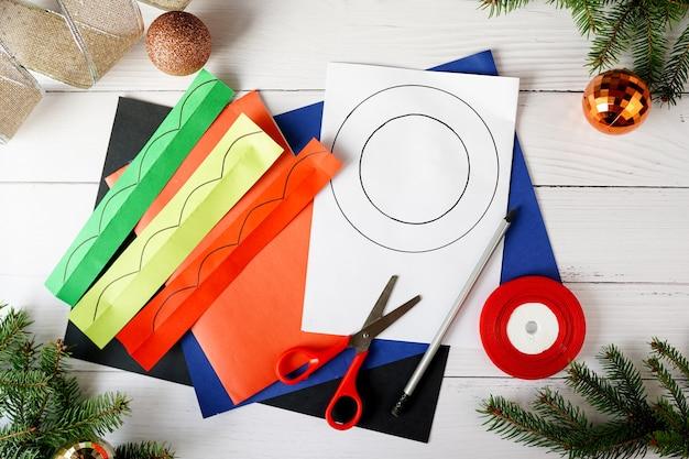 Jak zrobić świąteczny wieniec z papieru. instrukcje krok po kroku. ręcznie robiony projekt dekoracji świątecznych na nowy rok. krok 1