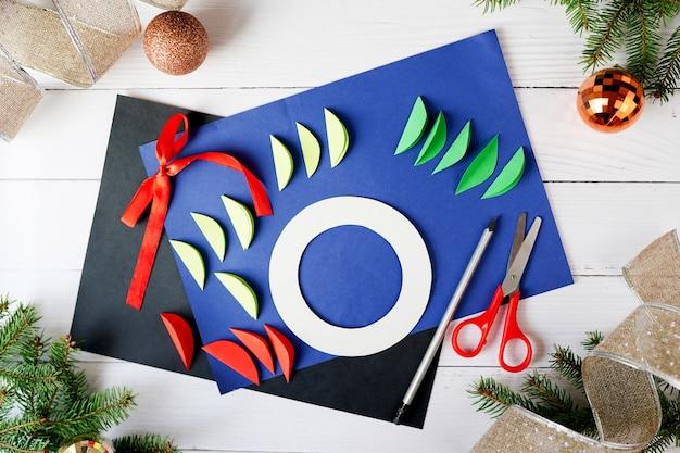 Jak zrobić świąteczny wieniec z papieru. instrukcje krok po kroku. ręcznie robiony projekt dekoracji świątecznych na nowy rok. krok 2