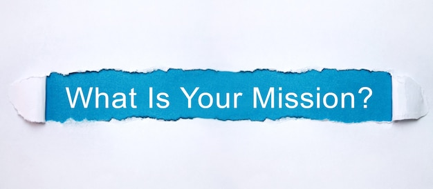 Jaka jest twoja misja? tekst podartym papierem.