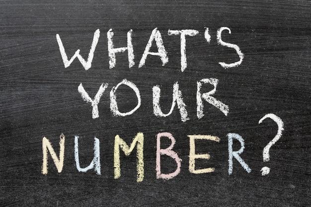 Jaki jest twój numer pytanie wpisane odręcznie na szkolnej tablicy