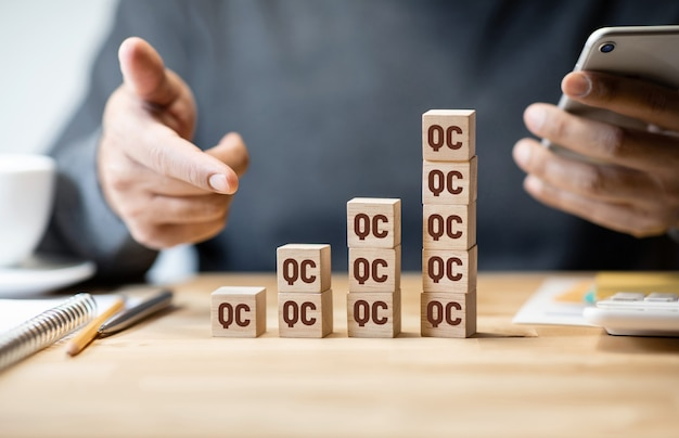 Jakość koncepcji kontroli ze znakiem kontroli jakości na drewnianym pudełku
