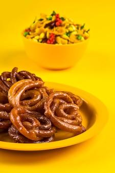 Jalebi i tradycyjne indyjskie głęboko smażone słone danie zwane chivda lub mikstura lub farsan
