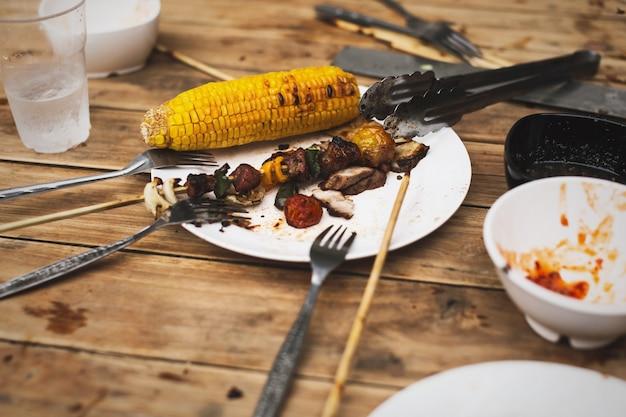 Jałowy jedzenie po grilla przyjęcia przy obiadowym czasem na drewnianym stole