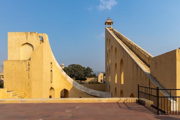 Jantar mantar astronomiczny obserwatorium park, instrumenty astronomiczne przy jantar mantar obserwatorium, unesco dziedzictwa miejsce, jaipur, rajasthan, india.