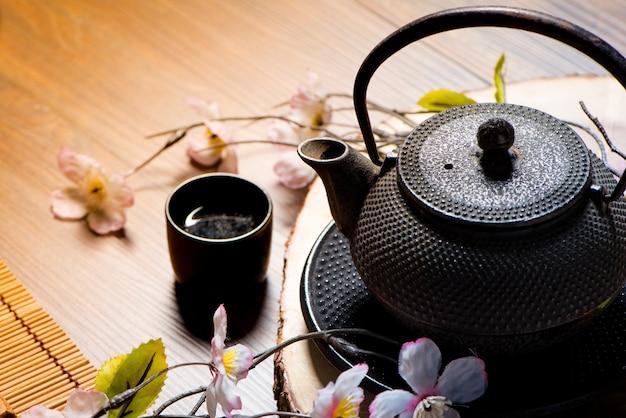Japonia i chiński zestaw herbaty z sakura na stole drewnianym