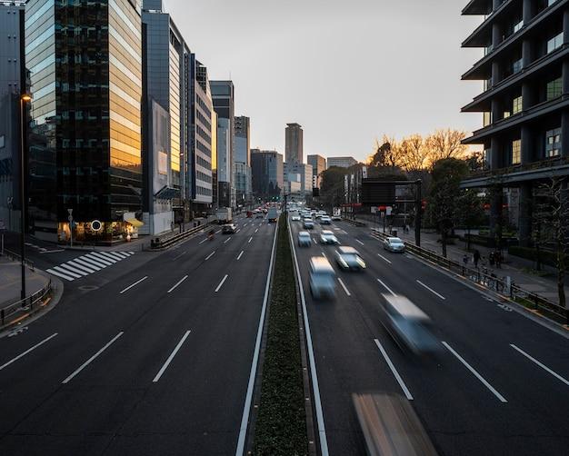 Japonia krajobraz miejski z ruchem drogowym