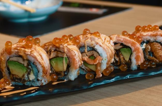 Japonia pali sushi z łososia z awokado