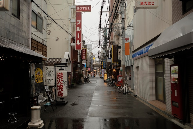 Japonia ulica po deszczu z budynkami