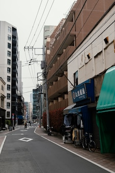 Japonia ulica z człowiekiem na rowerze