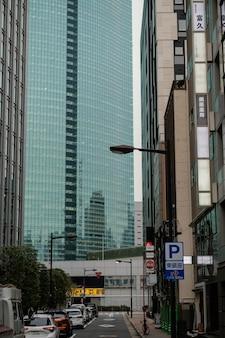 Japonia ulica z samochodami i wieżowcem