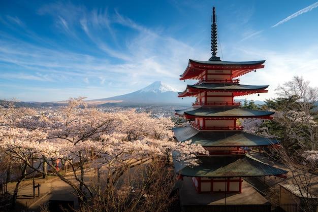 Japonia w chureito pagoda i mt. fuji na wiosnę z kwitnącymi kwiatami wiśni podczas wschodu słońca.
