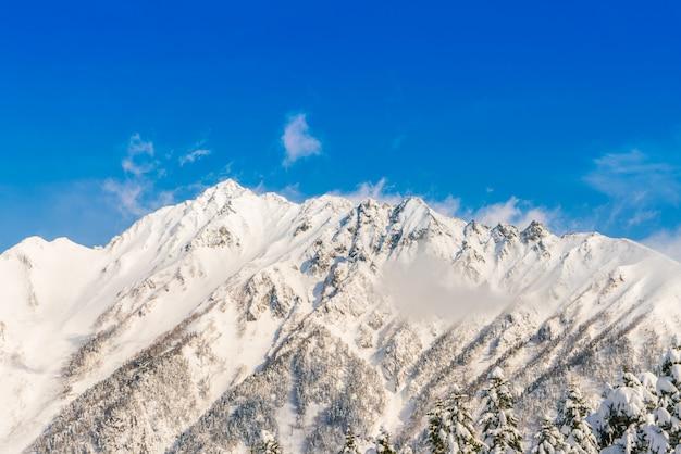 Japonia zima górskie pokryte śniegiem