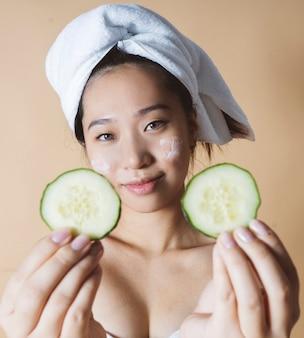 Japonka dostaje zabieg kosmetyczny na twarz