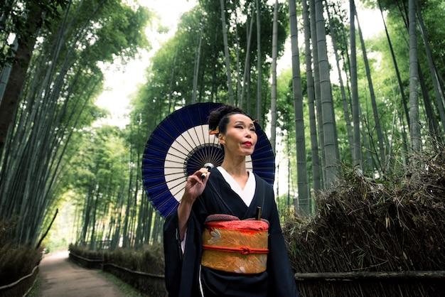 Japonka z kimonem w bambusowym lesie arashiyama