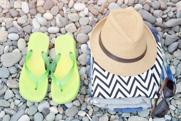 Japonki, czapka i ubrania na kamykach. koncepcja podróży