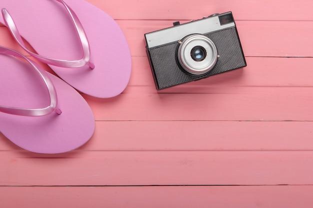 Japonki z aparatem na różowym drewnianym. koncepcja podróży, turystyki lub kurortu