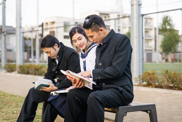 Japońscy studenci spotykający się na zewnątrz