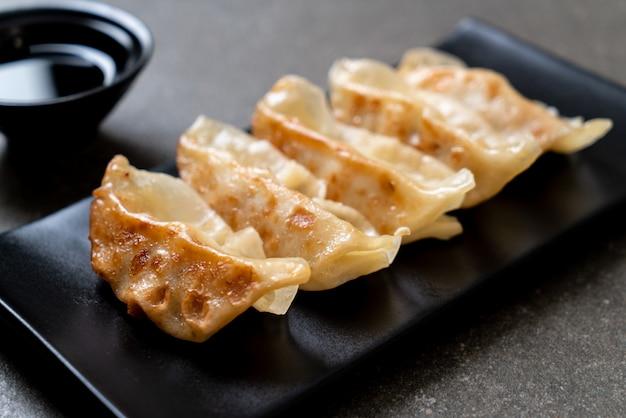 Japońska gyoza lub pierogi przekąska