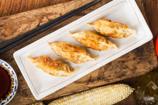 Japońska gyoza lub pierogi z sosem sojowym