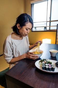 Japońska kobieta je w tradycyjnym mieszkaniu