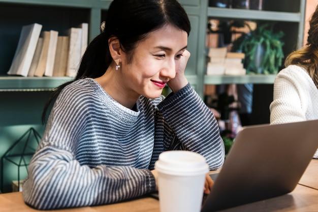Japońska kobieta w kawiarni z jej przyjaciółmi