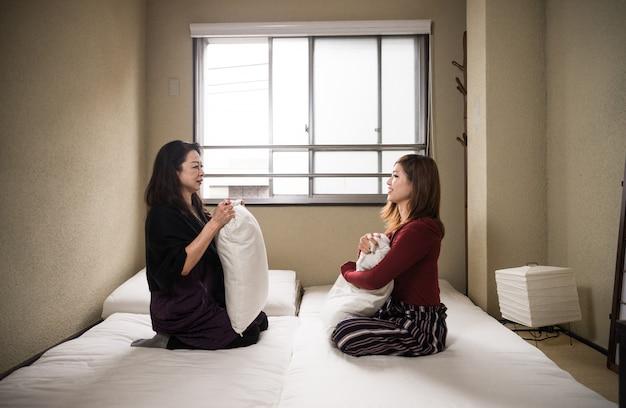 Japońska mama i córka w tradycyjnym mieszkaniu