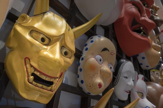 Japońska maskowa dekoracja przy pamiątkarskim sklepem