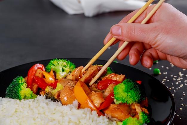 Japońska miska ryżu z kawałkami filetów z kurczaka z sosem teriyaki