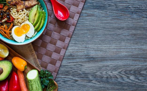 Japońska miska z makaronem z kurczakiem, marchewką, awokado