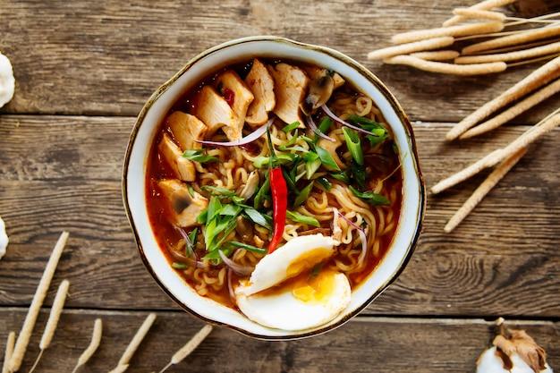 Japońska narodowa zupa z makaronem ramen z kurczakiem