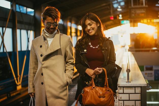 Japońska para wychodzi. momenty stylu życia w transporcie publicznym
