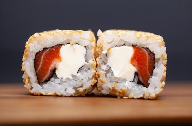 Japońska rolka sushi z łososiem i ogórkiem
