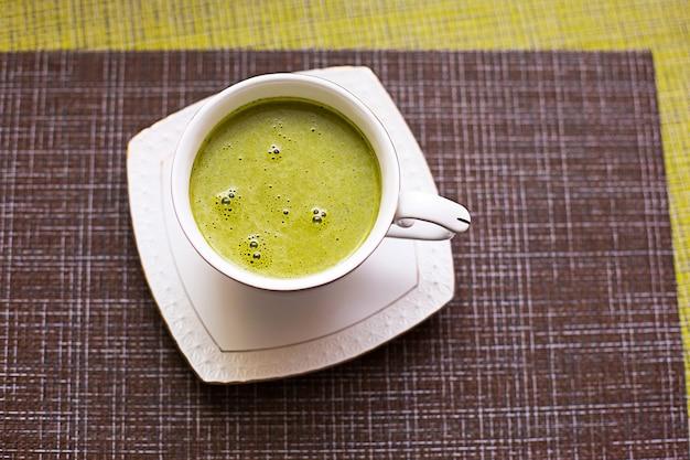 Japońska zielona herbata matcha w białym kubku