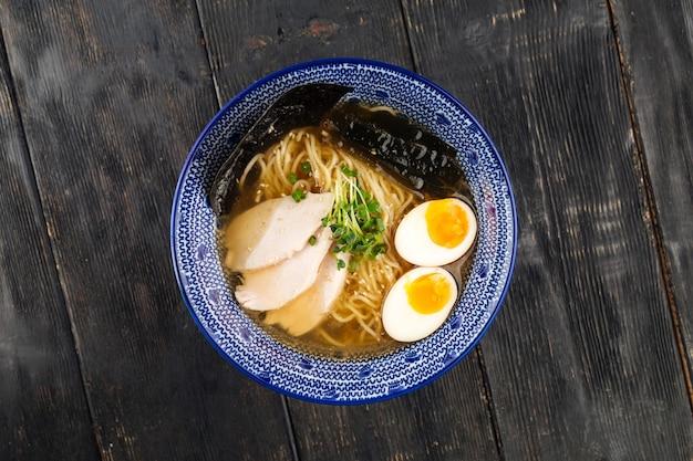 Japońska zupa z makaronem ramen z kurczakiem