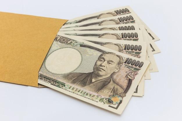 Japoński banknot 10.000 jenów w brązowej kopercie na prezenty i sukcesy biznesowe oraz zakupy.