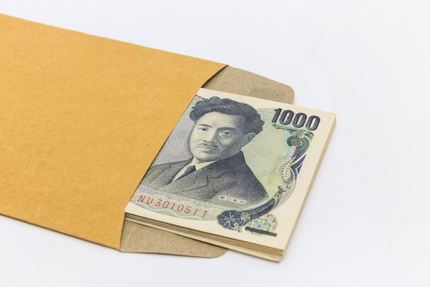 Japoński banknot 1000 jenów w brązowej kopercie na sukces i sukces biznesowy oraz na zakupy.
