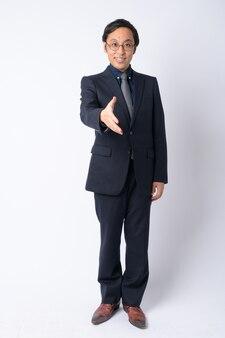 Japoński biznesmen ubrany w garnitur na białym tle