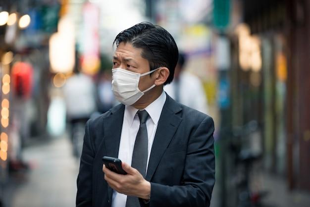 Japoński biznesmen w tokio z formalnym garniturem