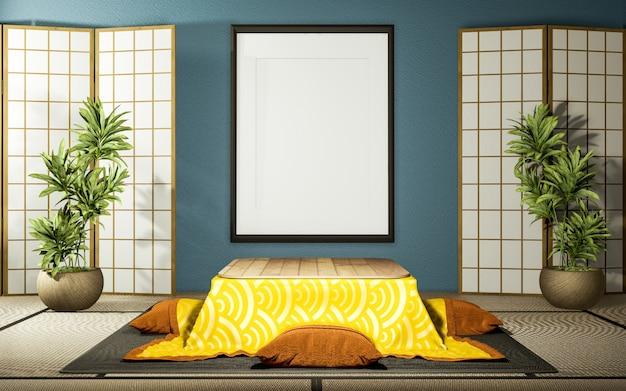 Japoński drewniany papier działowy i niski stolik kotatsu na miętowej podłodze tatami w salonie.