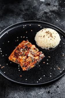 Japoński filet z łososia grillowany teriyaki glazurowany w pysznym sosie z dodatkiem ryżu